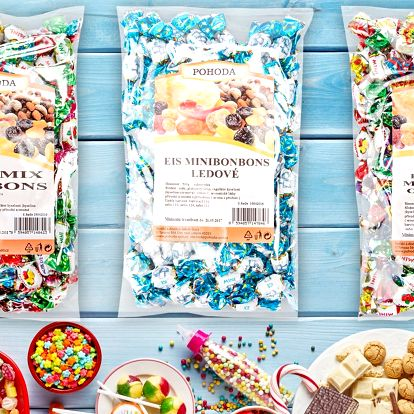 Půlkilové balíčky barevných minibonbonů