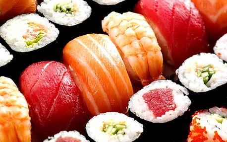 Výběr sushi vegetariánský, lososový nebo krevetový set v restauraci Green Tea Restaurant na Žižkově.