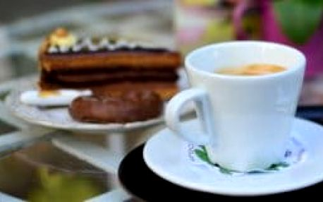 Espresso, ledová káva, cheesecake nebo mojito v Lázeňské kavárničce Bojnice