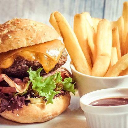 2 hovězí burgery Deluxe, hranolky a BBQ omáčka