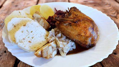 Martin na bílém koni a zlatá husa na talíři v Café U Zrcadla na Hradčanech