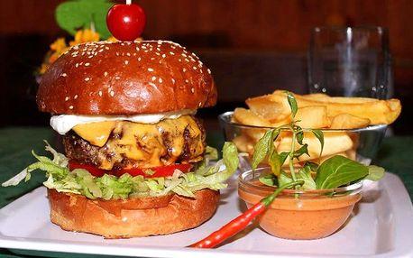 Napěchovaný domácí burger s hranolky a nealkem