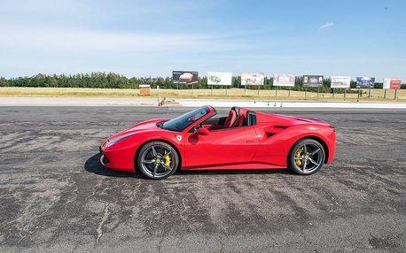 Jízda ve Ferrari 488 SPIDER 3 kola (3 x 2,25 km) řízení divoké krásky na letišti