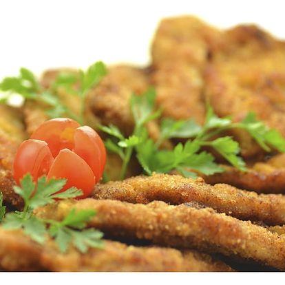500 g kuřecích miniřízečků s hranolky a domácí omáčkou v restauraci Baba Jaga na Vinohradech.