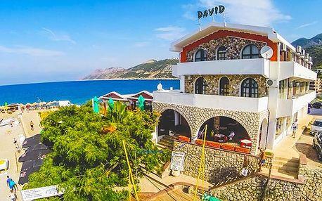 Aparthotel David***, Ubytování s vlastním bazénem přímo na pláži