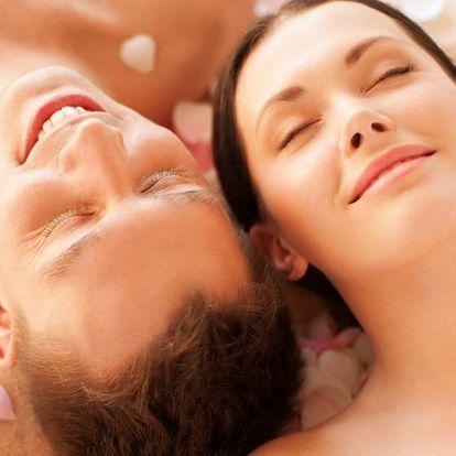 Romantika při párovém odpočinku se sklenkou sektu