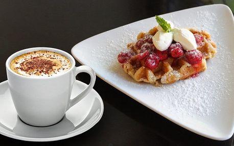 Vafle s horkým ovocem a šálek kávy či čaje