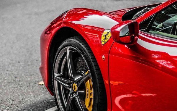 Jízda na okruhu v superautech včetně Ferrari 458 s palivem v ceně