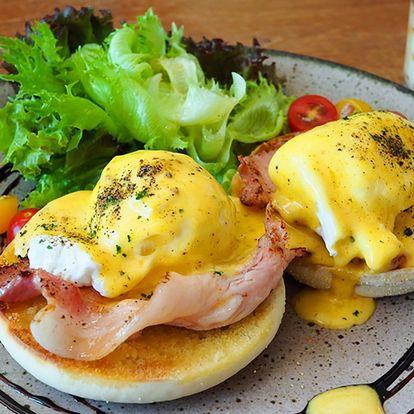 Vydatná snídaně: Vejce Benedikt a teplý nápoj