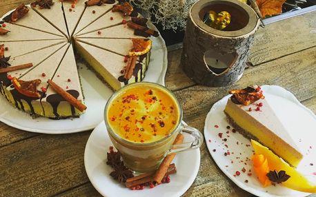 Raw skořicový dort a šálek teplého likéru