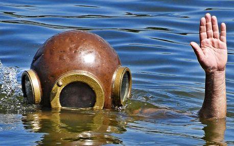 Ponor v autentické historické potápěčské přilbě