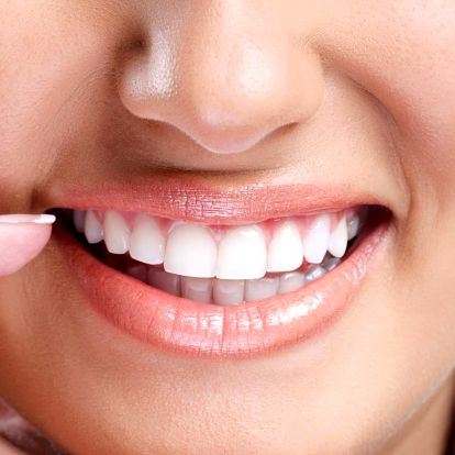Kosmetické zesvětlení zubů bez použití peroxidu