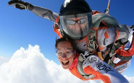 Tandemový seskok padákem ze 4000 m