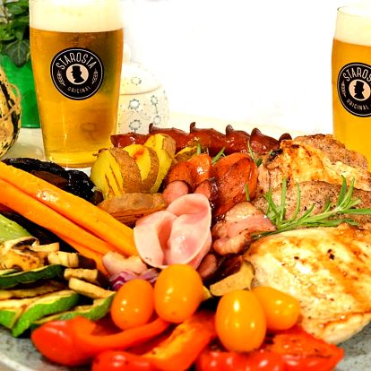 Talíř grilovaných dobrot s pivem nebo limonádou