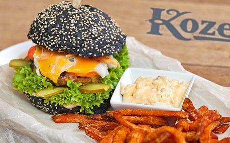 Burger s kozím masem a batátovými hranolky