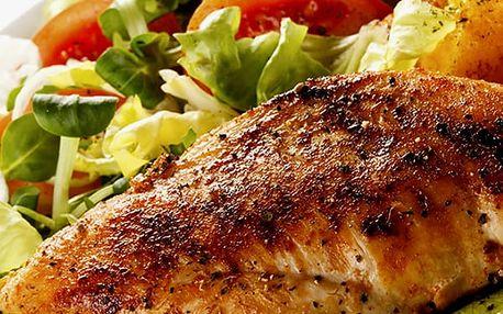 Plněná kuřecí kapsa se slaninou a sýrem, hranolky s tatarkou, zeleninovým salátem, dortík.