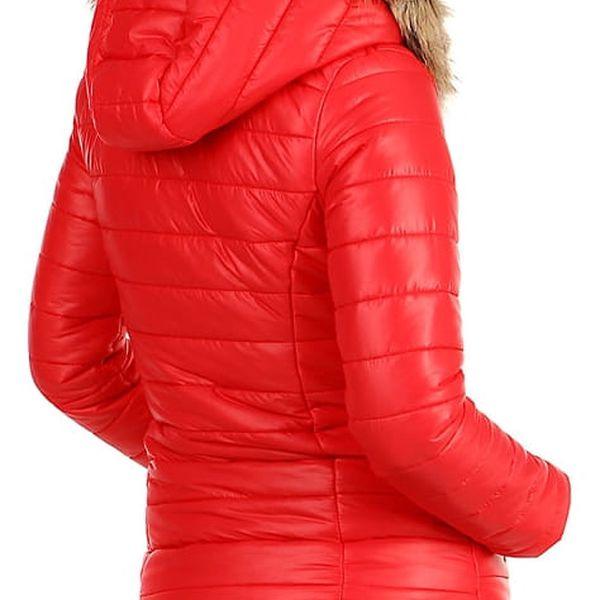 Prošívaná dámská krátká bunda s kožíškem tmavě modrá2