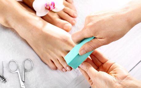 Profesionální mokrá pedikúra rukama odborníka