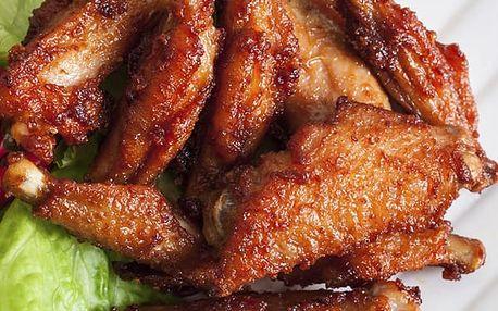 2 kg křupavých kuřecích křidélek s ošatkou chleba a zeleninovou oblohou, kvalitní, čerstvé suroviny.