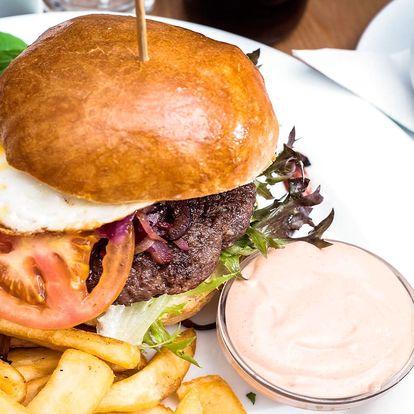 Burger s domácí bulkou a americkými bramborami