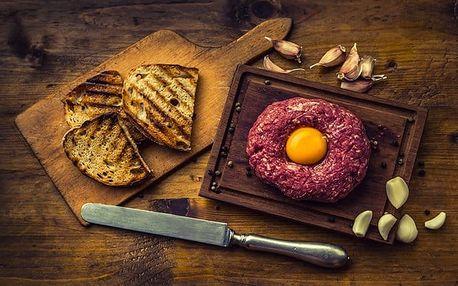 500g hovězí tatarák s neomezenými topinkami a česnekem v pražské restauraci Lokai – Koliba
