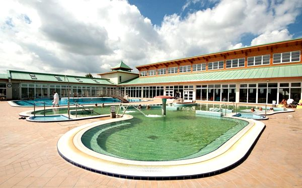 Mosonmagyaróvár v hotelu se vstupem do 50 m vzdálených lázní s privátním wellness a polopenzí