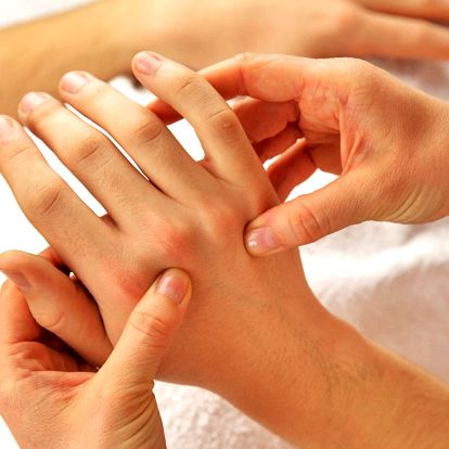 Péče o vaše ruce: peeling, masáž, maska a zábal