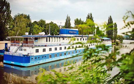 Praha romanticky: pobyt na hladině Vltavy v botelu blízko historického centra města