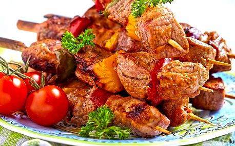 Vepřové špízy, tatarák, přílohy i salát pro 4 osoby