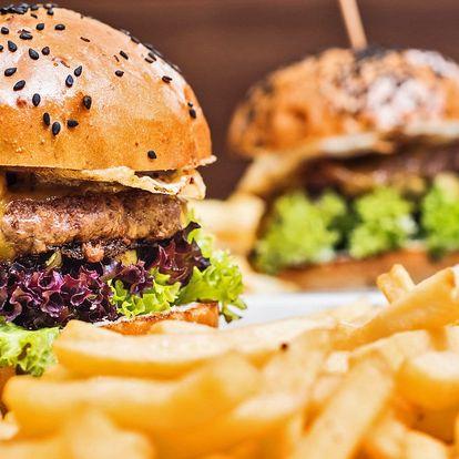Dva hovězí burgery, hranolky a cibulové kroužky