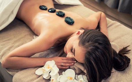 Uvolňující masáž nahřátými lávovými kameny