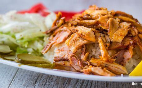 Talíř plný tradičního kebabu s přílohou dle výběru
