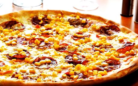 Dvě nebo tři pizzy s průměrem 35 cm