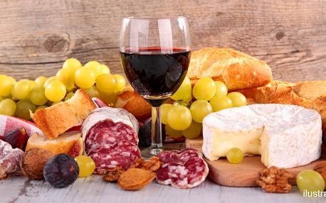 Lahev vína a talíř plný dobrot pro zamilovaný pár