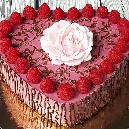 RAW dort ve tvaru srdce s malinovou či jahodovou příchutí