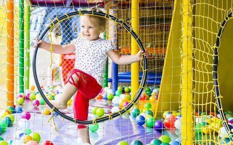 Vstup do dětské herny s 5 patry prolézaček