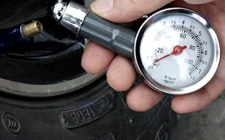 Měřič tlaku v pneumatikách