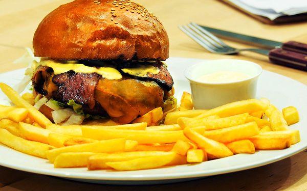 Amerika s přáteli: 4x hovězí burger, hranolky a pivo