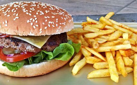 Burger dle výběru a hranolky s texaským kořením