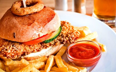 Crispy chicken burger v domácí bulce + hranolky