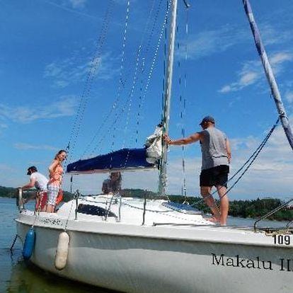 Pronájem jachty až pro 4 osoby na Orlíku bez nutnosti průkazu