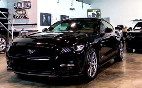 Za volantem legendy: řízení Fordu Mustang 2015,