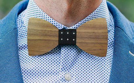 Svěží pánský doplněk: Dřevěný motýlek s kapesníčkem do klopy ve stejné barvě