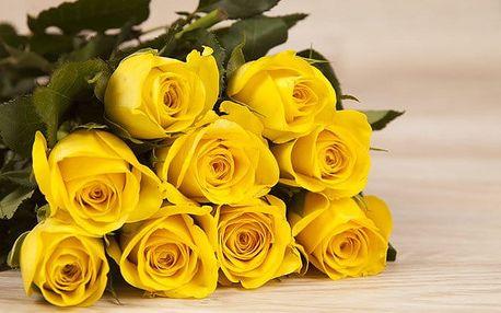 Květinové vazby z oranžovožlutých a bílomodrých růží