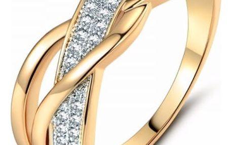 Prsten zdobený mnoha kamínky