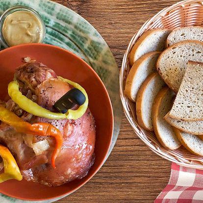 Pečené koleno s hořčicí, křenem a salátem