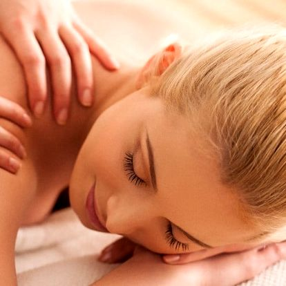 Terapeutická masáž zad a šíje + baňkování nebo lávové kameny