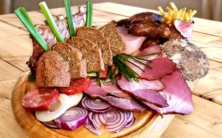 Středověký talíř s hromadou masa pro 2 osoby