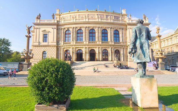 Koncertní síň Rudolfinum se sochou Antonína Dvořáka
