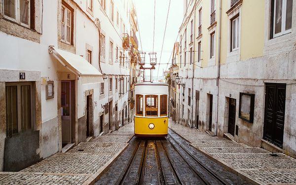 Typická žlutá tramvaj v Lisabonu